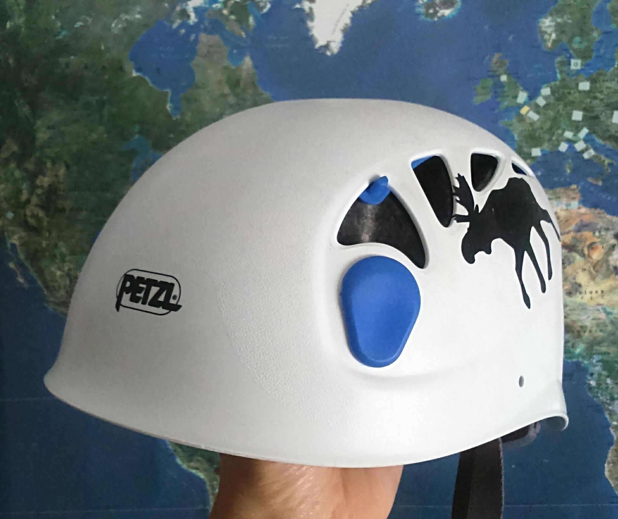 El casco es vital para comenzar a escalar. Es por la seguridad del escalador.