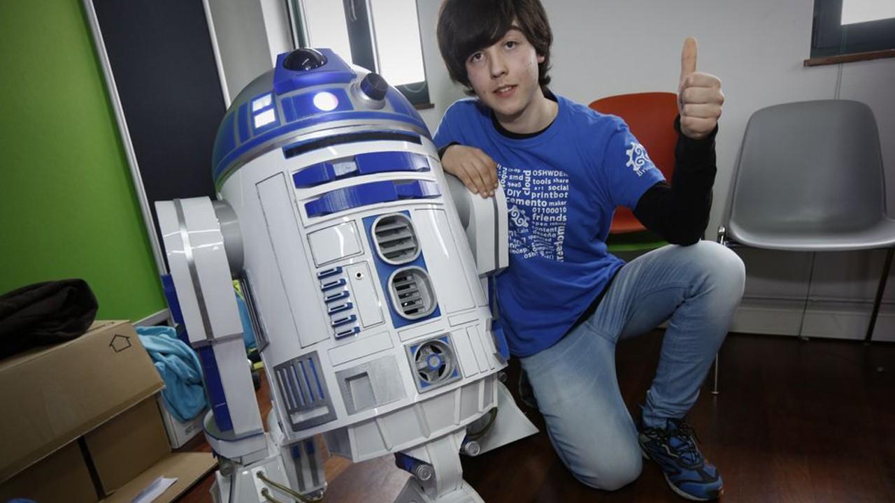 Eduardo Santos Pérez ha recreado a R2-D2, el famoso droide astromecánico con basura.