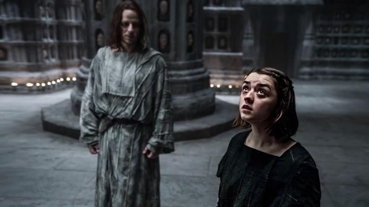 ¿En qué situación se encuentra Poniente? Al este de Poniente, Arya Stark.