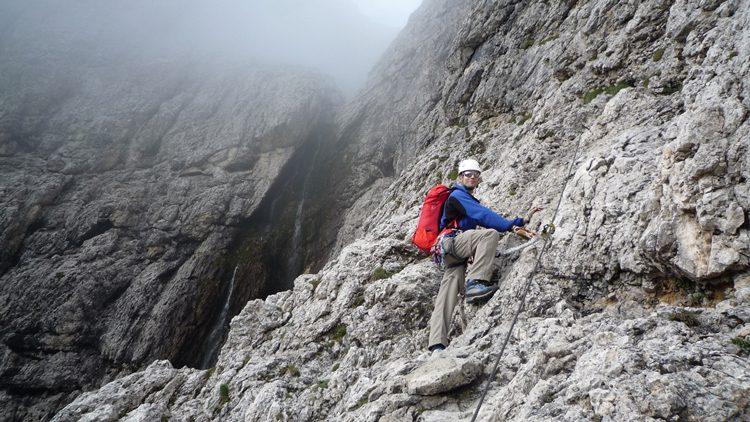 Consejos en una vía ferrata. Utilizar cuerdas de seguridad en pasos difíciles y descansar en los fáciles.