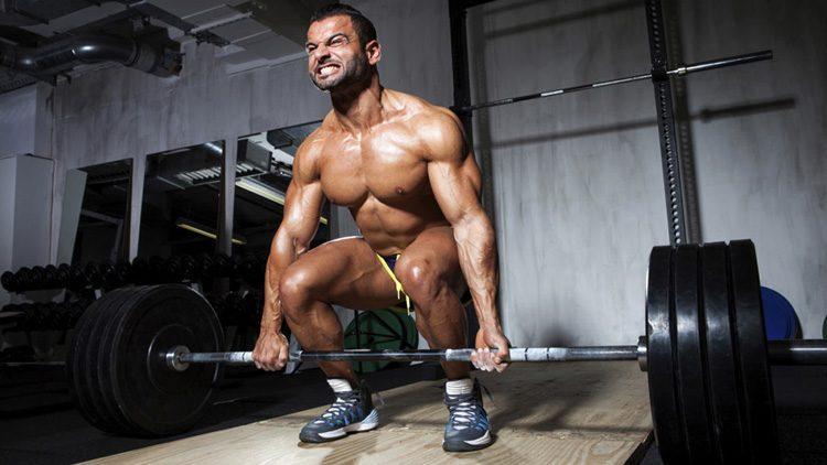 Los mejores ejercicios para ganar músculo en fitness. Practicando peso muerto/deadlift.