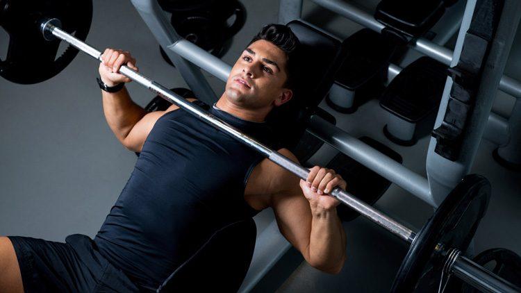 Los mejores ejercicios para ganar músculo en fitness. Practicando press de banca/bench press.