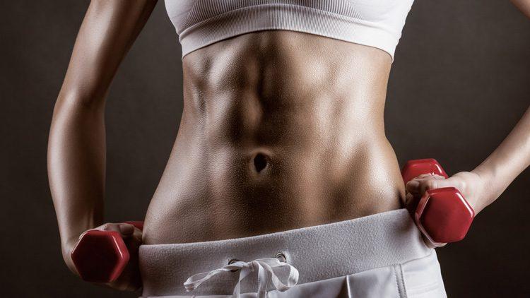 Rodillas hacia arriba y laterales con mancuernas son otros ejercicios para tener buenos abdominales.