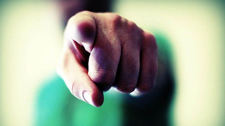 No hay nada peor que ver el dedo inquisidor del profesor en clase, nada bueno va a suceder.