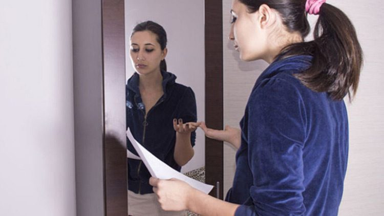 Si no eres una persona confiada y segura, debes sí o sí ensayar la exposición oral frente al espejo.