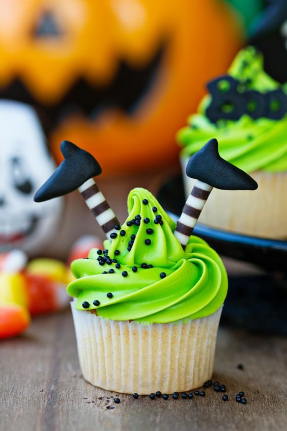 Cupcake with witch's legs Halloween postres