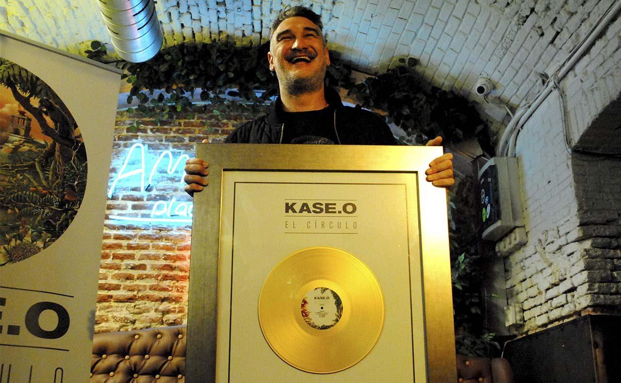 Disco de oro para Kase.O por El Círculo